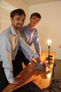 Matthias Mattiza (EGL) und Markus Käbisch (YOKK Solar) nehmen die PV-Analge auf dem Hupfeld-Center in Betrieb